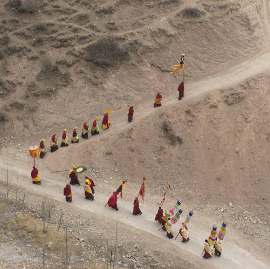 Jacques Borgetto. Si près du ciel, le Tibet. Visuel officiel présentant une marche de Tibétains